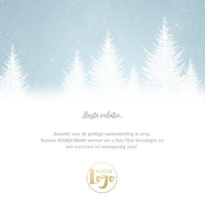 Zakelijke kerstkaart met sneeuw, bomen en 'Fijne feestdagen' 3
