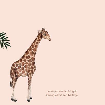 Zalmroze geboortekaartje met een giraffe en bladeren 2