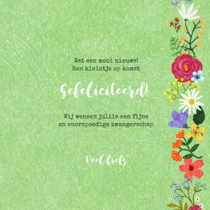 Zwangerschaps felicitatiekaart dikke buik in bloemenveld 3