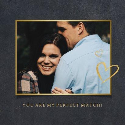 Zwarte liefdeskaart met een eigen foto in hart vorm en goud 2