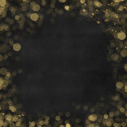 Zwarte nieuwjaarskaart met 2 eigen foto's en goudlook tekst Achterkant