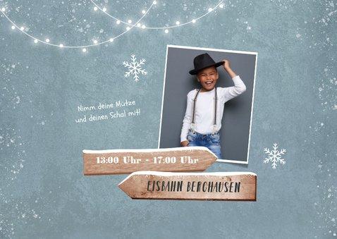 Einladungskarte blaue Schlittschuhe, Foto und Wegweiser 2