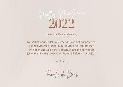 Hippe nieuwjaarskaart foto's healthy new year 2022 op beige 3