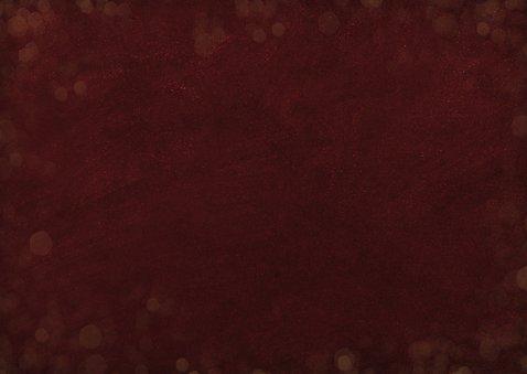Kerstkaart bordeaux rood met papieren kerstboom en foto Achterkant
