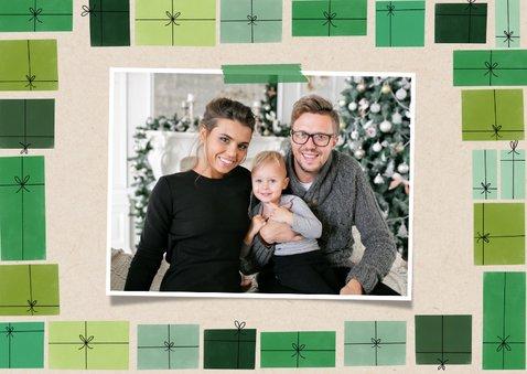 Leuke kerstkaart groene cadeau's en foto op papierlook 2