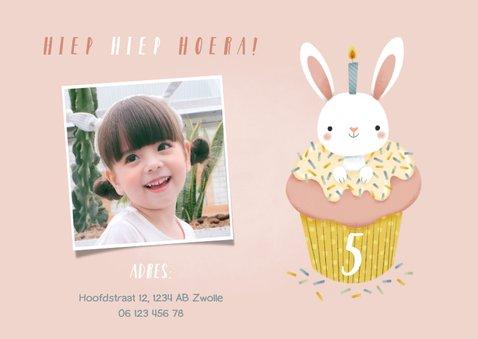 Lieve uitnodiging kinderfeestje konijn in cupcake en foto 2