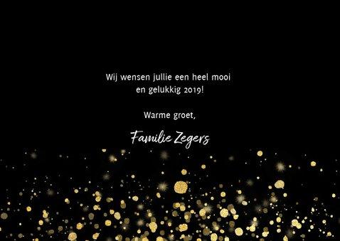 Moderne nieuwjaarskaart 2019 fotocollage en gouden confetti 3