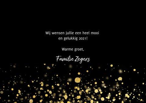Moderne nieuwjaarskaart 2021 fotocollage en gouden confetti 3