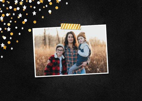 Nieuwjaarskaart happy new year krijtbord met confettikader 2