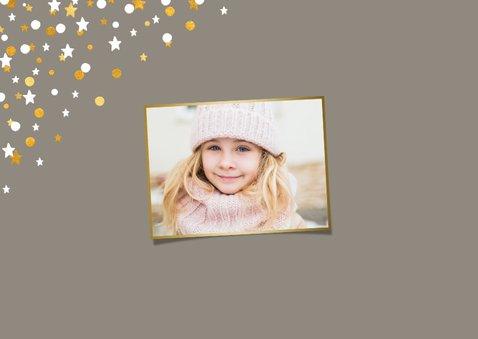 Nieuwjaarskaart liggend gouden sterren met confetti en foto 2