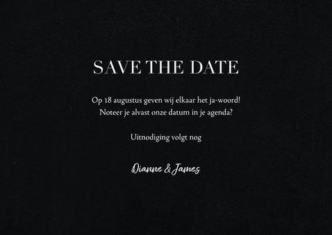 Save the date kaart met grote foto en witte typografie 3