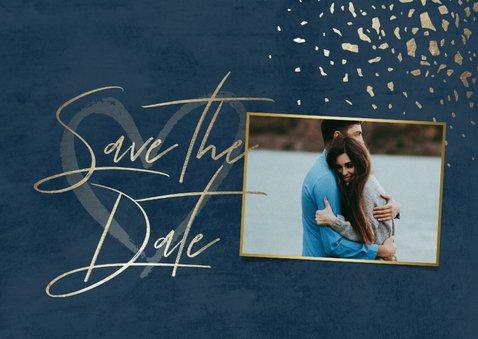 Save-the-Date-Karte mit Foto dunkelblau mit Goldschnipseln 2