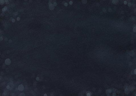 Stijlvolle donkerblauwe kerstkaart met kerstboom en foto Achterkant