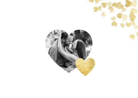 Stijlvolle valentijnskaart met gouden hartjes en typografie 2