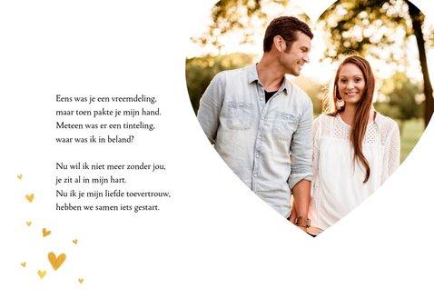Stijlvolle valentijnskaart met grote foto en gouden hartjes 2