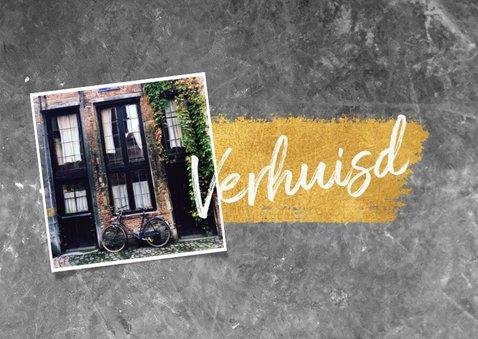 Stijlvolle verhuiskaart met beton en goudlook en typografie  2