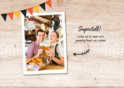 Uitnodiging oktoberfest hout foto bier worst pretzel 2
