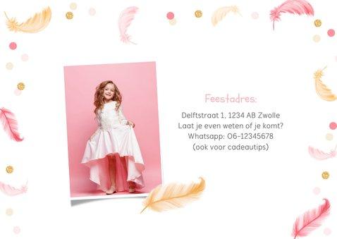 Uitnodigingskaart communie lentefeest veertjes roze confetti 2
