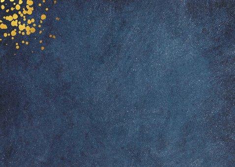 Verjaardagskaart man donkerblauw met gefeliciteerd in goud 2