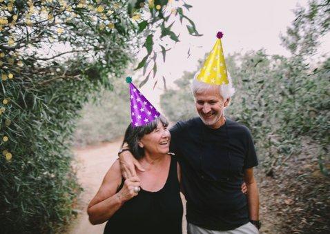 Verjaardsgskaart baviaan met feesthoedje 2