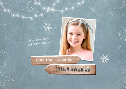 Winterliche Einladungskarte mit Wegweisern und Foto 2