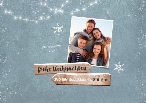 Winterliche Weihnachtskarte mit Wegweiser aus Holz 2