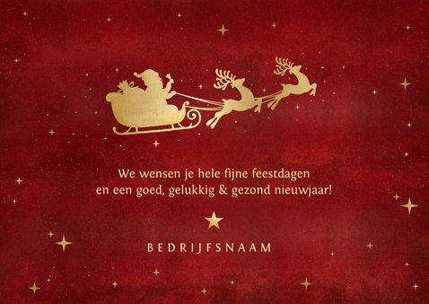 Zakelijke rode kerstkaart met gouden silhouet van arrenslee 3