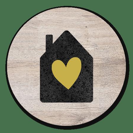 Hout, zwart huisje en hartje