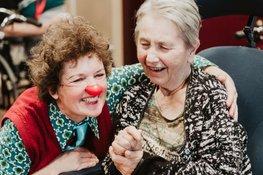Cliniclown met oudere vrouw