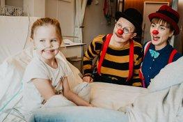 Kind op bed met Cliniclowns